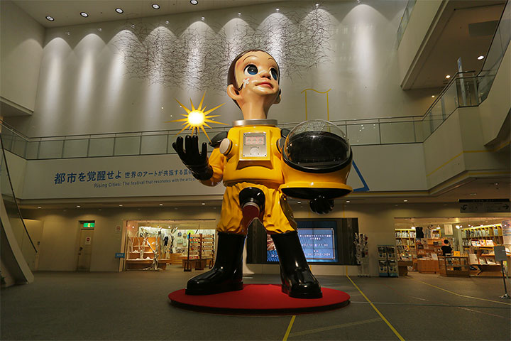 ヤノベケンジ《サン・チャイルド No.2》愛知芸術文化センター地下2階フォーラムⅡ