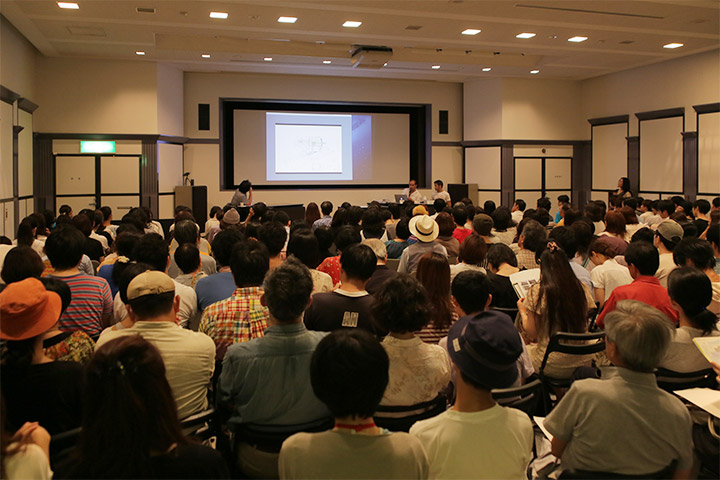 名古屋市美術館2階講堂にたくさんの聴講者が集まった
