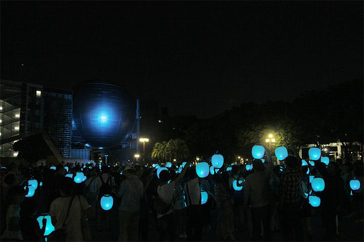 出発地点の名古屋市科学館前で点灯. 高橋匡太《Glow with City Project》