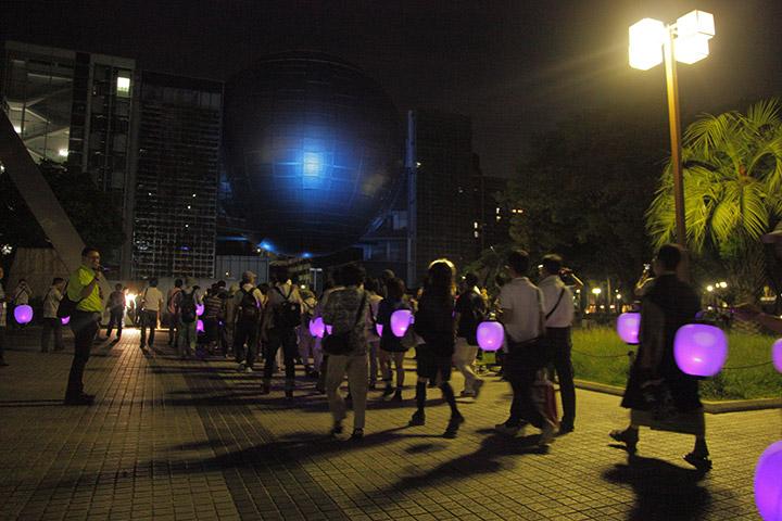 提灯行列は名古屋市科学館プラネタリウムドームの下をくぐって北上