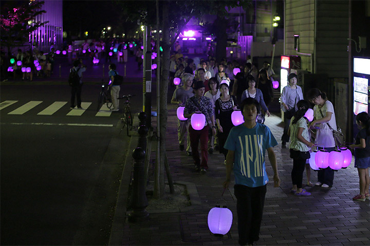 名古屋市科学館を抜けて提灯行列が長島町通に出てくる