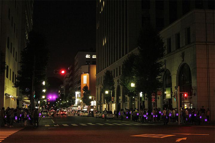 長島町通の車道両側に分かれて提灯行列がつづく