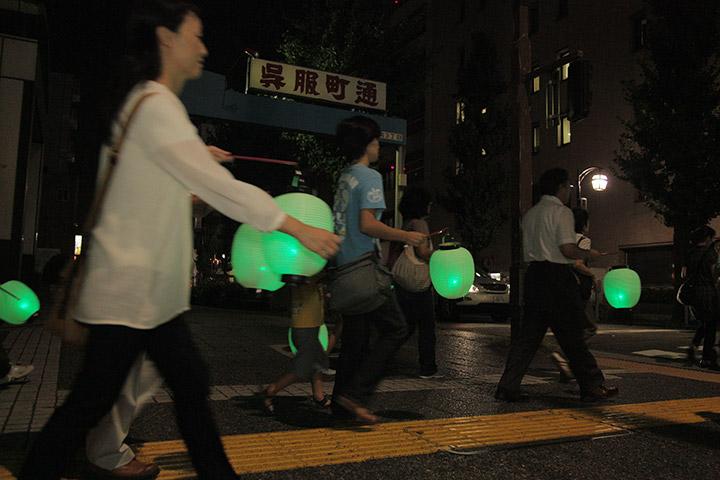 提灯行列は桜通に沿って呉服町通を通過する