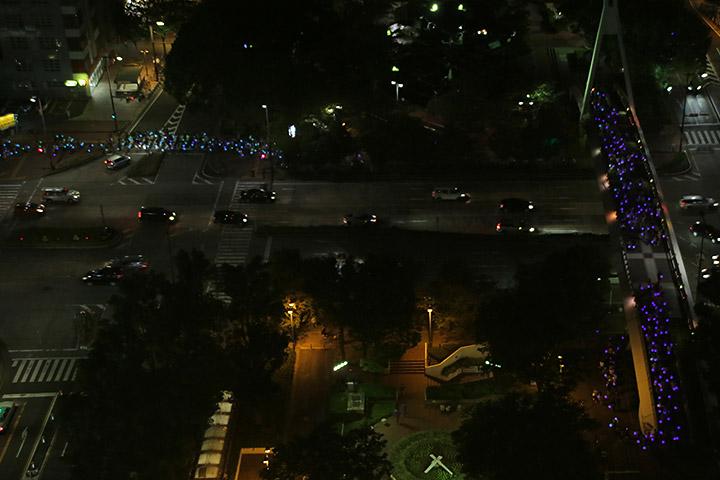セントラルブリッジを渡る提灯行列と横断歩道を渡る提灯行列