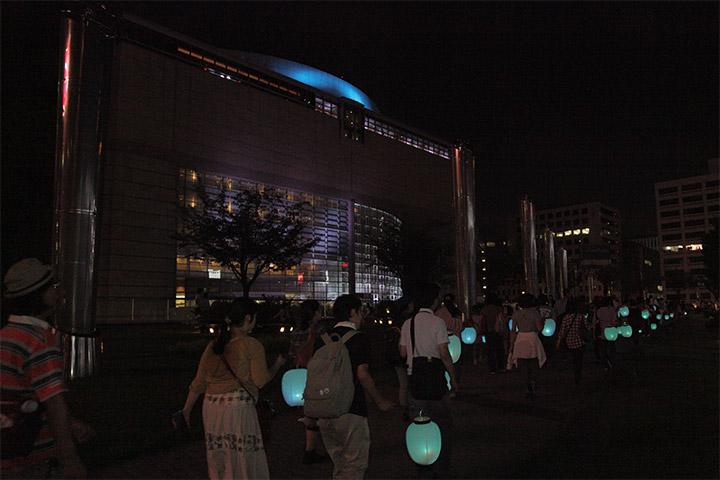 愛知県芸術文化センター前を通過する提灯行列