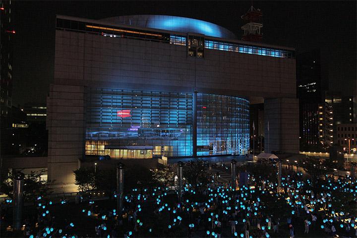 青く光る提灯の群れと愛知県芸術文化センター