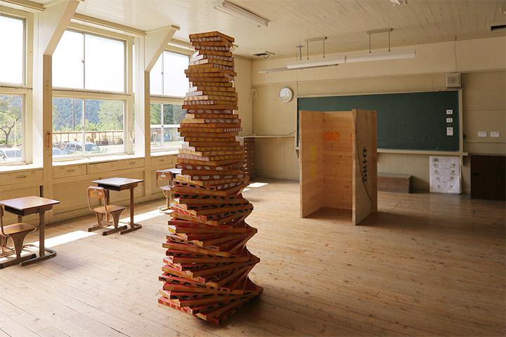 左から彦坂尚嘉《復活の塔(感知・愛知・愛情)》《木の城郭(感知・愛知・愛情)》2年教室