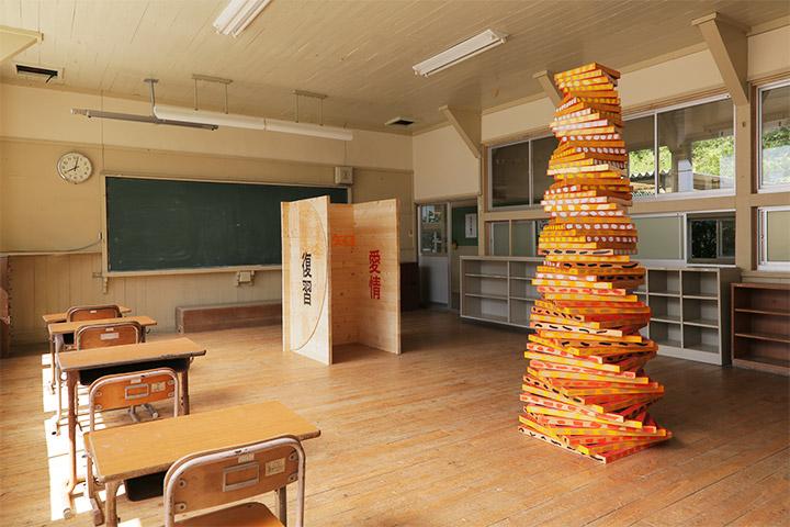 左から彦坂尚嘉《木の城郭(感知・愛知・愛情)》《復活の塔(感知・愛知・愛情)》2年教室