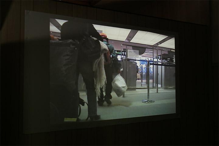 丹羽良徳《自宅のゴミをサンフランシスコのゴミ捨て場に捨てに行く》印刷室