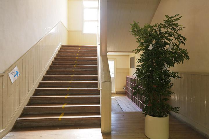 オノ・ヨーコ《ウィッシュ・ツリー》1階廊下