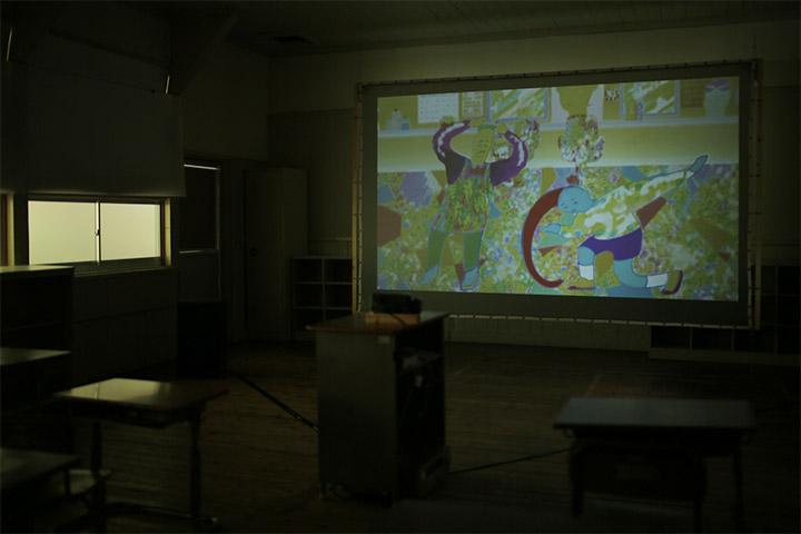 映像プログラム:姫田真武《ようこそぼくです3》4年教室
