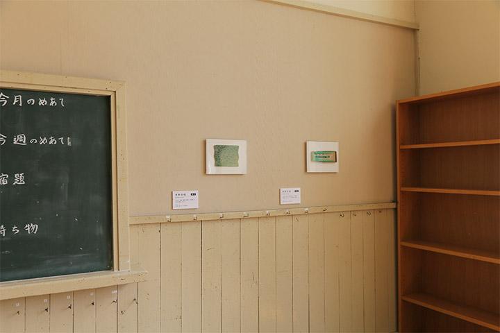 左から青野文昭《なおす・延長(震災後閖上で収集した欠片の復元)2012》《なおす・復元(震災後閖上で収集した緑色のカセットテープの復元)2012》6年教室