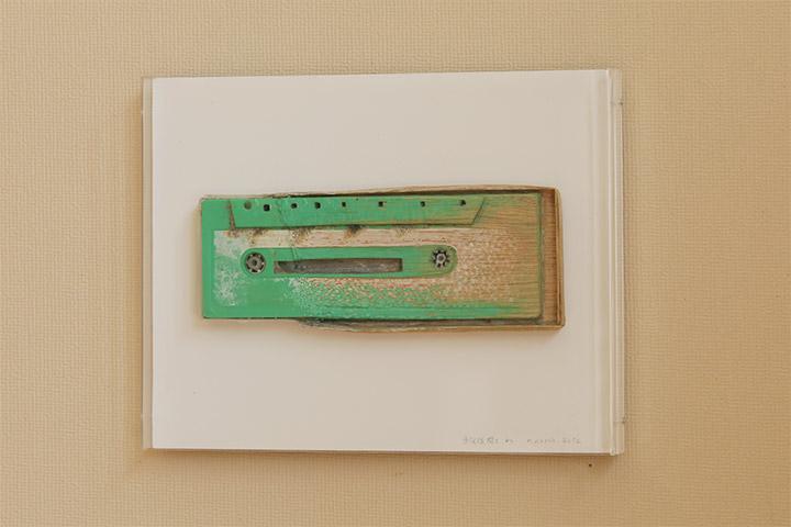 青野文昭《なおす・復元(震災後閖上で収集した緑色のカセットテープの復元)2012》6年教室