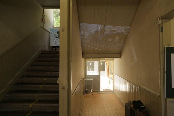 1階受付前の階段下であいちトリエンナーレ2013の作品をスライドで紹介