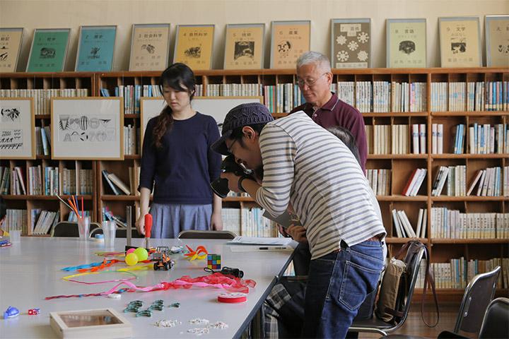 参加者の作ったモノを撮影する竹田尚史さん