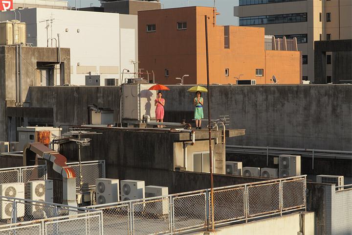 長者町通沿いのビル屋上で踊るほうほう堂
