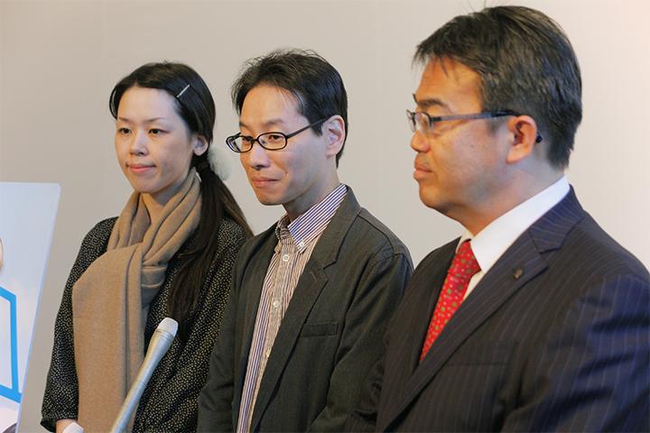 記者から取材を受ける山川さんご夫妻と大村愛知県知事