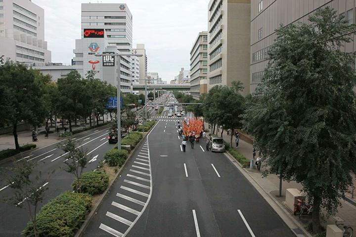 栄公園南からパレード出発(15:35).マーロン・グリフィス《太陽のうた》