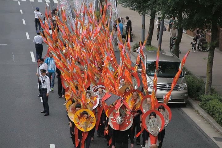 約70人がパレードに参加.マーロン・グリフィス《太陽のうた》