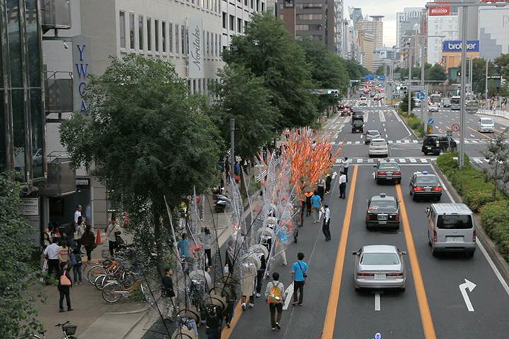 パレード一行は錦通を西に進む.マーロン・グリフィス《太陽のうた》
