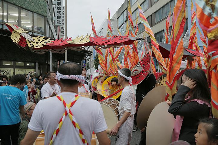 太鼓を打ち鳴らしてパレード終了.マーロン・グリフィス《太陽のうた》