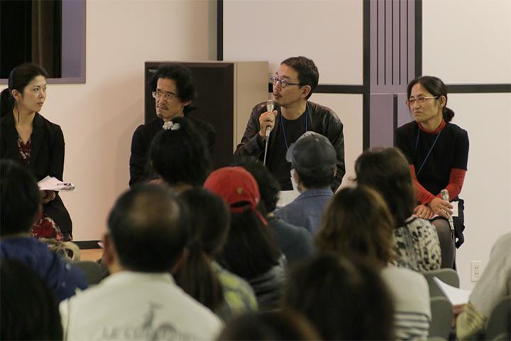 写真左から国際美術展キュレーターの飯田志保子さん、アーキテクトの武藤隆さん、パフォーミングアーツ統括プロデューサーの小崎哲哉さん、パフォーミングアーツプロデューサーの藤井明子さん