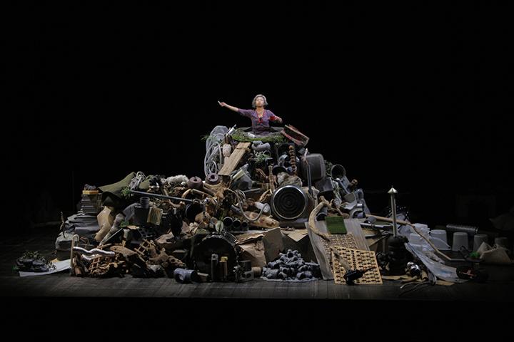 がらくたの山に腰まで埋まった主人公の中年女性を演じる安藤朋子さん