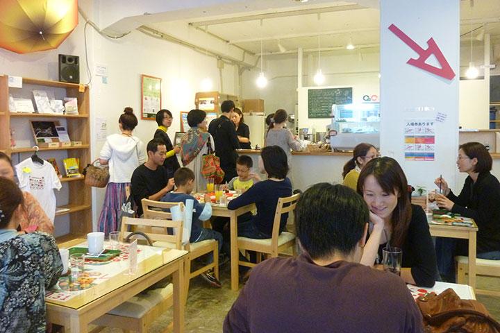 万勝S館1階にはATカフェが設けられ、期間中、サポーター、観客、ないしは、まちの人たちが憩い、交流する場となった。のちに、この場所にアートセンター「アートラボあいち(ALA)」が設立されるきっかけともなる。