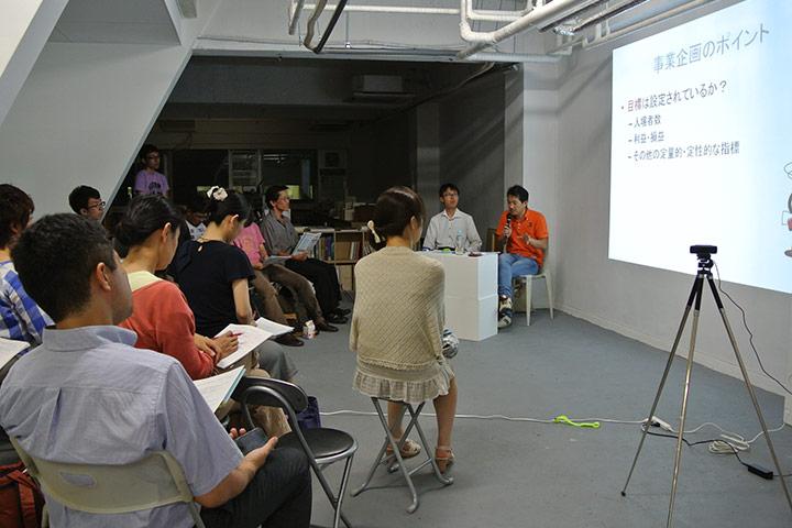 「Arts Audience Tables ロプロプ」がオーディエンスとしてパワーアップをするため ゲストに話を伺う「オーディエンス筋トレテーブル」を定期的に開催。2012年7月27日は林健次郎(春日井市民文化財団/当時)を講師に迎えた。撮影:三浦一倫