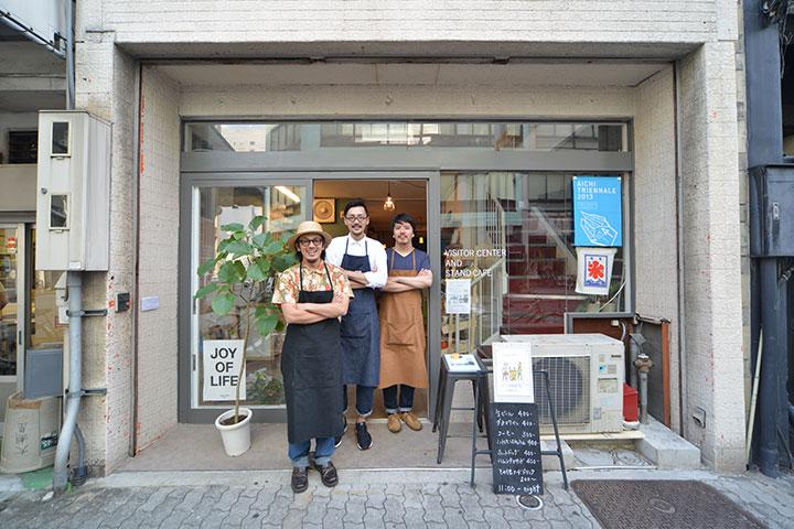 「ビジターセンター&スタンドカフェ」は、長者町地区にある空建物を借り、あいちトリエンナーレとは別に「NAKAYOSI」によって期間中自主運営された。「NAKAYOSI」は小田桐奨と中嶋哲矢のユニット「LPACK」と青田真也が結成したアーティストグループ。写真左から中嶋・小田桐・青田。撮影:怡土鉄夫