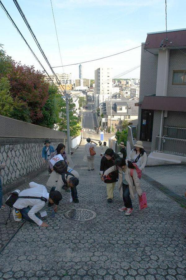2014年3月22日(土)「名古屋スリバチ凸凹散歩I-本山・覚王山は坂道がいっぱい編」を開催。名古屋地方気象台の東の坂道を下る。