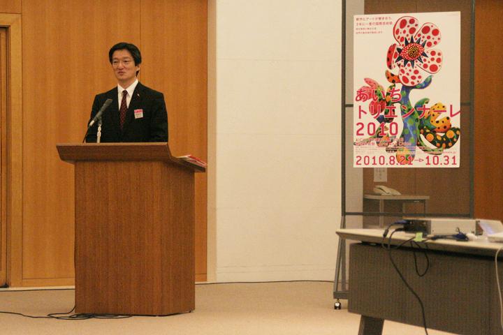 質問に答える横山あいちトリエンナーレ実行委員会事務局次長