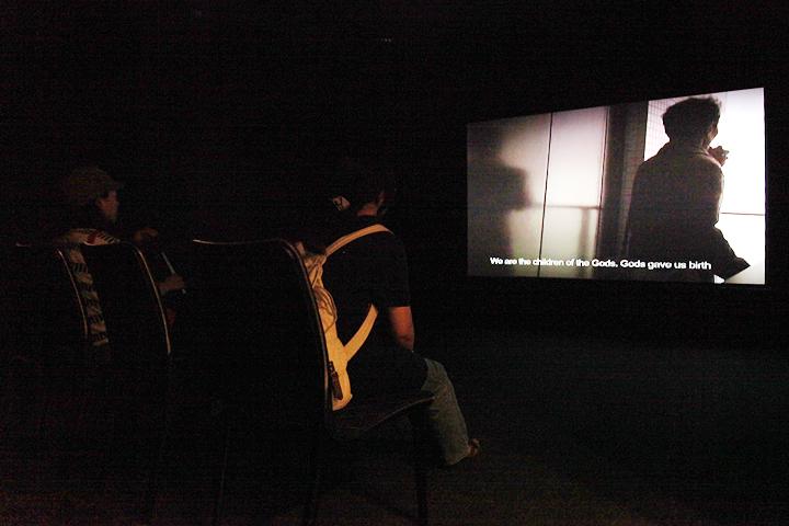 カーメン・ストヤノフのヴィデオ作品「Impossible Message」