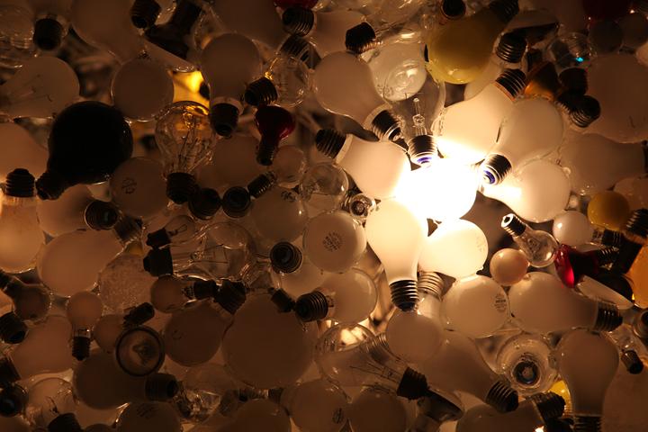かつて使われていた電球をつなぎ合わせて作った球体