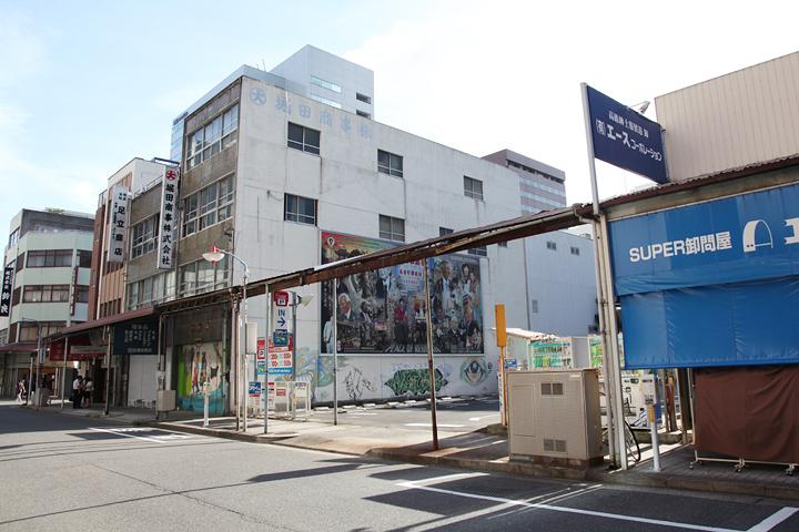 長者町堀田商事(株)の壁面に設置されたナウィン・ラワンチャイクンの作品