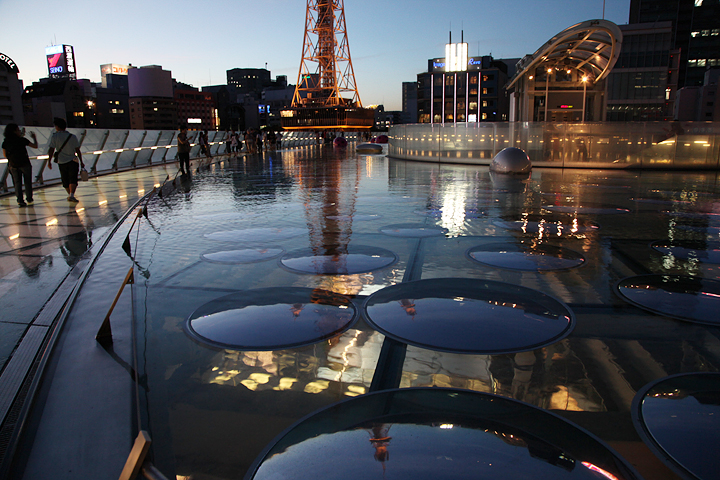 夕方の「求道の輝く宇宙」カーブミラーにライトアップされたテレビ塔が映る