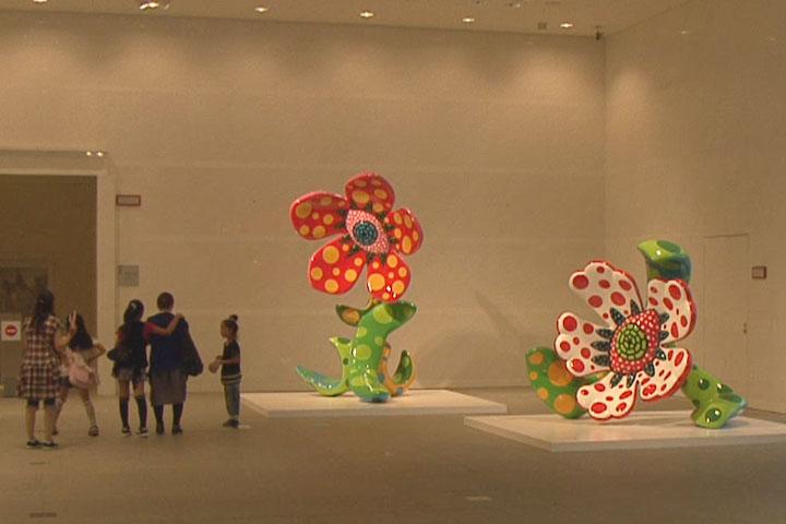 草間弥生の水玉をモチーフにしたカラフルな作品「真夜中に咲く花」