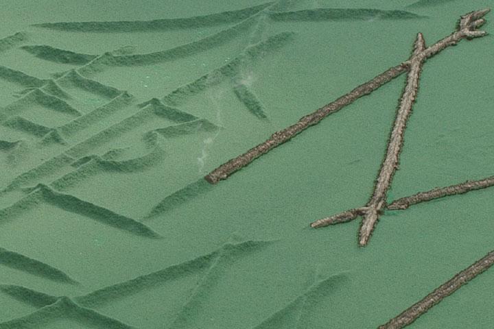 緑色の線香の上を徐々に火が進み文字が浮き上がる