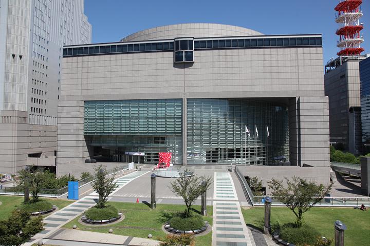 愛知芸術文化センター. 入り口には水玉が描かれたプリウスも