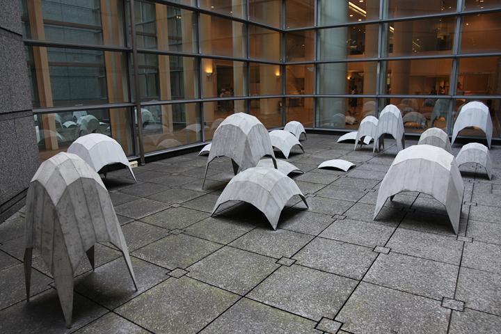 エクトール・サモラ 「摂社」 2010 . ガラス越しの屋外にも展示