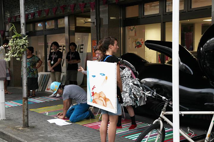 絵が描かれたキャンバスを背負った人が入れ替わりながら物語が進む