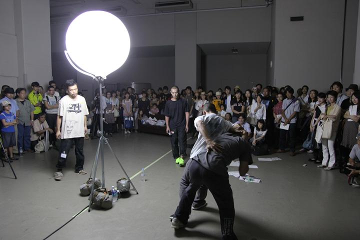 コンタクト・ゴンゾ『non titled』愛知芸術文化センター(搬入口B)