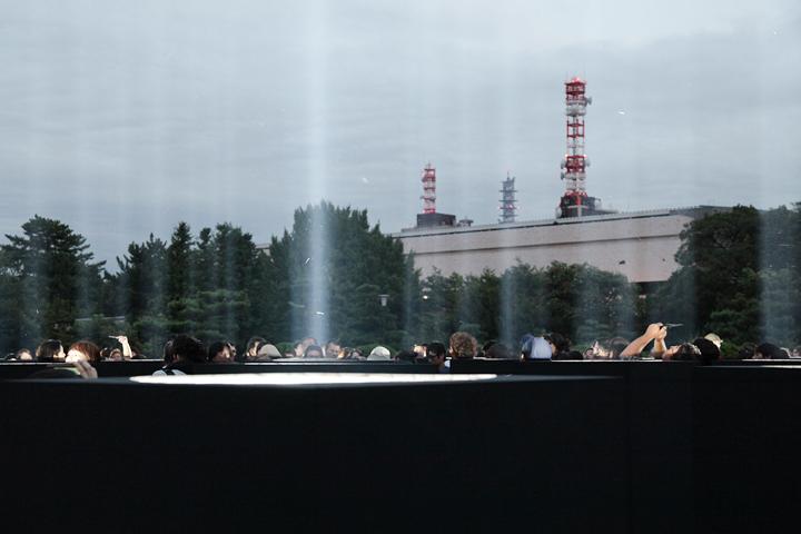 並んだサーチライトの間に入って作品を見て回る観客. 24日. 池田亮司《spectra[nagoya]》