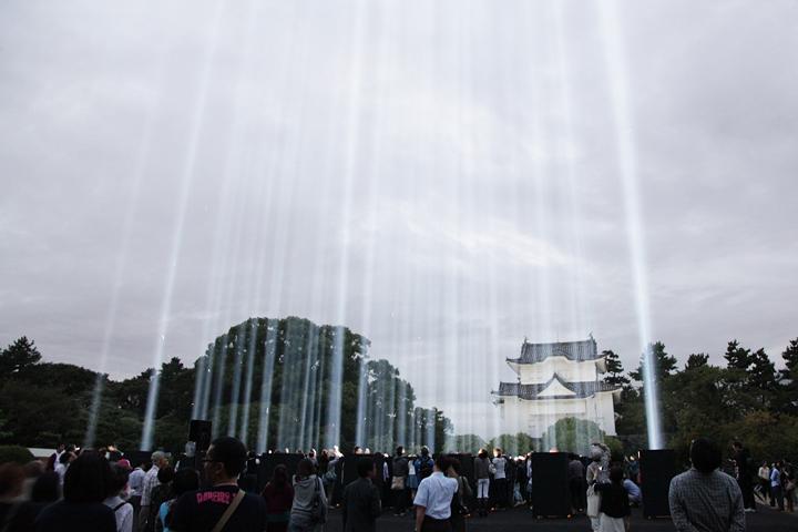 光線が見えるようになりみんな空を見上げはじめる. 24日. 池田亮司《spectra[nagoya]》