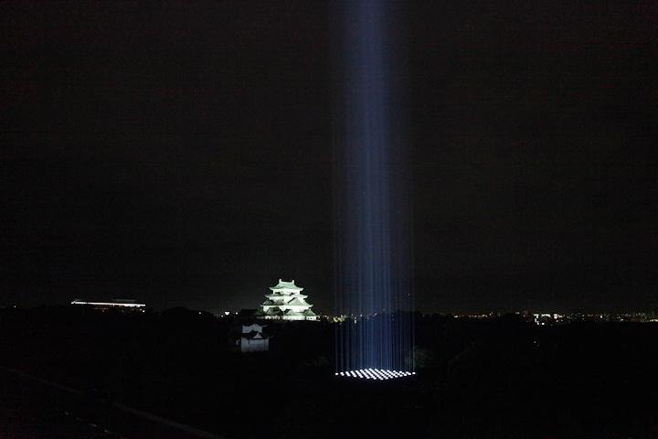 光の柱と名古屋城. 愛知県体育館から. 24日. 池田亮司《spectra[nagoya]》