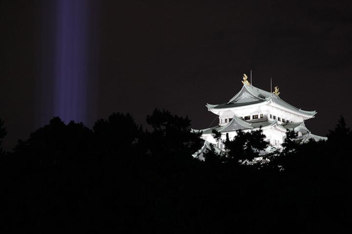 外堀北側から見た名古屋城と光柱. 24日. 池田亮司《spectra[nagoya]》