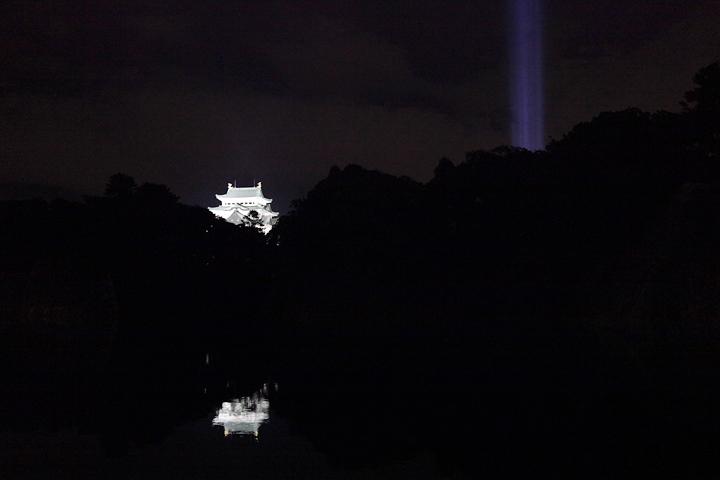 外堀の水面に映る名古屋城と光柱. 24日. 池田亮司《spectra[nagoya]》