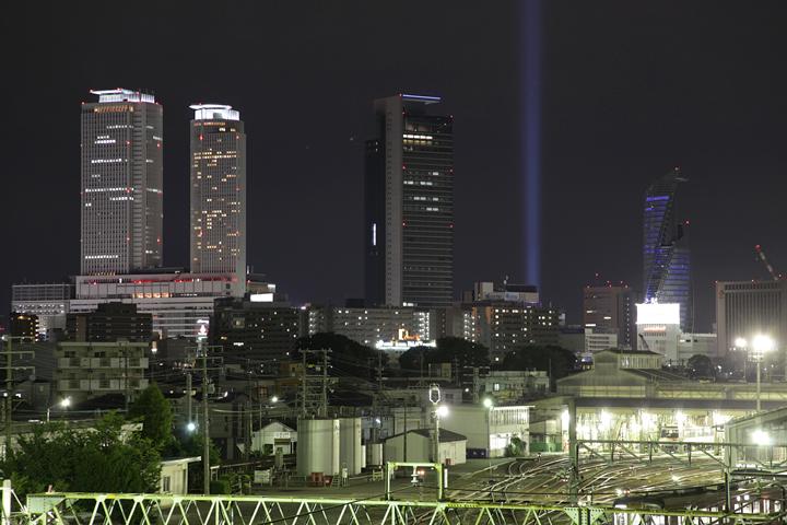 黄金跨線橋から見た名古屋駅ビル群と光柱. 24日. 池田亮司《spectra[nagoya]》