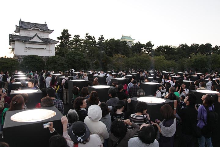 ライトの間を埋め尽くす人々. 25日. 池田亮司《spectra[nagoya]》