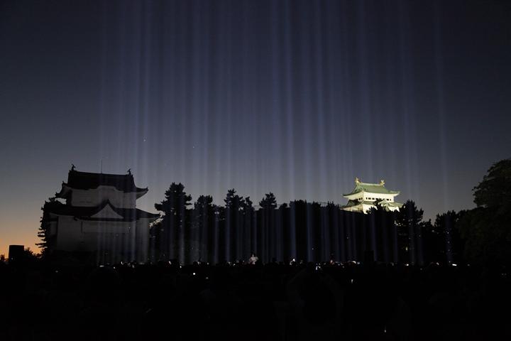 夕闇に光線が浮かび始める. 25日. 池田亮司《spectra[nagoya]》